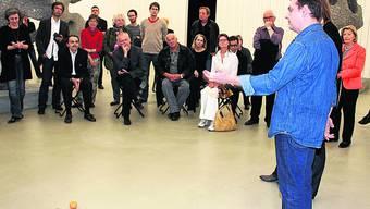 Der Künstler Ugo Rondinone erklärt anlässlich des Künstlergesprächs, dass den übergrossen Skulpturen Kleinformatiges, etwa die Abgüsse von Mandarinen, gegenüberstünden.  Foto: cfr