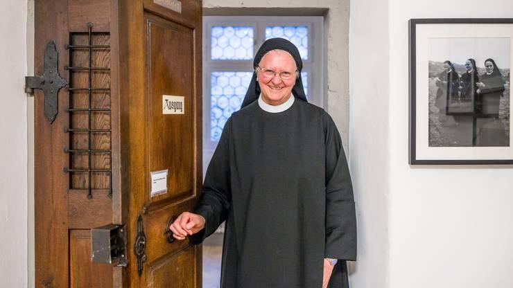 Schwester Martina, seit 49 Jahren im Kloster Fahr, gross gewachsen, mit herzlichem Lachen und stets so gut gelaunt wie organisiert, kümmert sich im Kloster Fahr vornehmlich um die Gäste. Sie schleppt ihre Koffer, holt sie vom Zimmer ab, schaut, dass in der labyrinthischen Anlage alle am Ziel ankommen. «Gäste sind auf eine wohlwollende Begleitung angewiesen», sagt die 70-Jährige. Für sie wiederum seien die Begegnungen mit Menschen verschiedener Generationen, Konfessionen und Lebensweisen eine Bereicherung. Wenn sie nicht gerade Gäste begleitet oder dort einspringt, wo Not an der Schwester ist, arbeitet sie zudem in der Webstube im Dachstock – «eine sinnvolle, schöne, meditative Arbeit». Als «genau in der Mitte» geborenes Kind einer Freiämter Bauernfamilie mit 13 Kindern hat sie gar nie etwas anderes gekannt, als dort anzupacken, wo sie gebraucht wird. Für eine der rüstigsten Schwestern in der alternden Gemeinschaft ist das heute an vielen Orten der Fall. Doch es gibt nichts, das Schwester Martina lieber macht als helfen. Deshalb wollte sie zuerst eigentlich auch Missionarin werden – bis sie in die Bäuerinnenschule kam und damit bald die «Wendung» eingeläutet wurde. Es habe in ihrem Leben schon auch «Fragezeichen gegeben», als junge Frau habe sie sich verliebt, dann aber gemerkt, dass die Liebe zu Gott grösser ist. «Ich bin froh um die Erfahrung», sagt sie. Zwei Monate nach Absolvierung der Bäuerinnenschule hat sie sich dann ihrem Schicksal im Kloster Fahr «ergeben». Heute sagt sie: «Ich bin glücklich, dass ich Ja gesagt habe.»