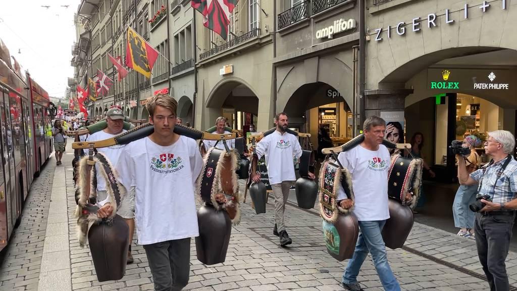 Corona-Skeptiker demonstrieren lautstark in Bern