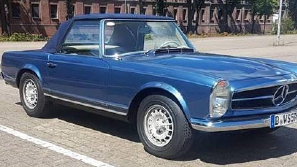 HANDOUT - Dieser Mercedes 280 SL, Baujahr 1970, war im vergangenen September in Düsseldorf gestohlen worden. Foto: Polizei/dpa - ACHTUNG: Nur zur redaktionellen Verwendung im Zusammenhang mit einer Berichterstattung über (die Sendung/den Film/die Auktion/die Ausstellung/das Buch) und nur mit vollständiger Nennung des vorstehenden Credits