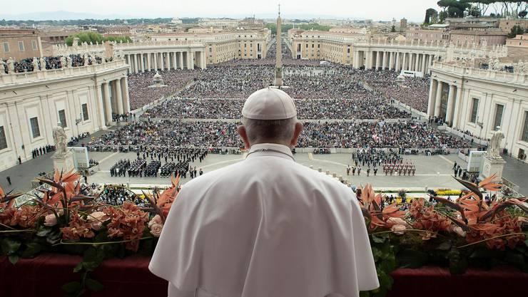«Urbi et Orbi» – der Papst erteilt den Segen.