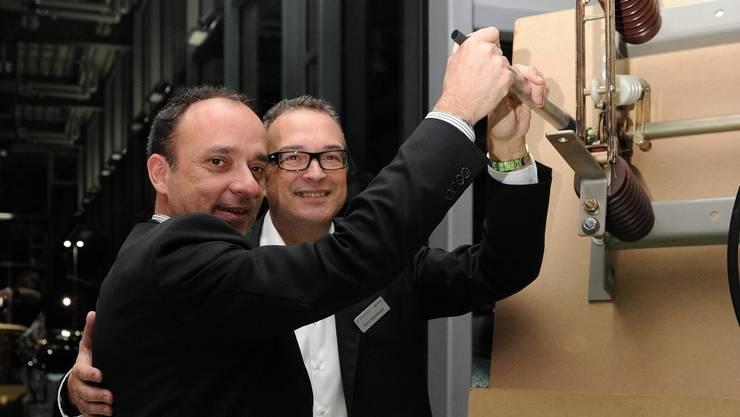Punkt 18.13 Uhr betätigte Gemeindeammann Markus Dieth (links) gestern zusammen mit Gastgeber Kenny Eichenberger die Lichtschalter für die Weihnachtsbeleuchtung.