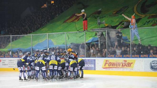 Als Asterix und Obelix gegen den reichen HC Lugano: Die Ambri-Fans zelebrieren eine viel beachtete Choreografie. Foto: HO