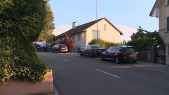 Die Polizei hat am Montagnachmittag in einer Wohnung in Küsnacht ZH eine leblose 82-jährige Frau und einen verletzten 90-jährigen Mann aufgefunden.  Die genauen Umstände des Vorfalls sind noch unklar.