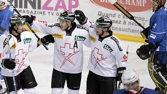 Patrik Bärtschi (rechts) wird nach seinem Tor zum 1:0 gefeiert