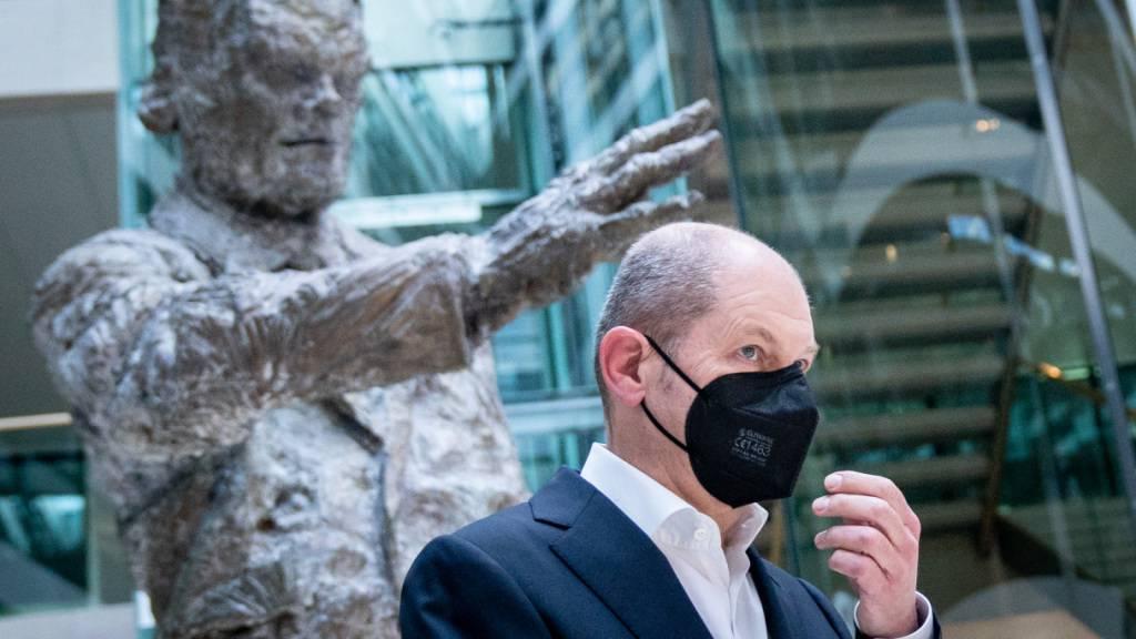 Olaf Scholz, Bundesminister der Finanzen und SPD-Kanzlerkandidat, geht auf dem Weg zu einem Pressestatement an der Statue des ehemaligen Bundeskanzlers Willy Brandt in der SPD-Parteizentrale vorbei. Foto: Kay Nietfeld/dpa