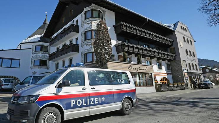 Ein Auto der Polizei vor dem österreichischen Mannschaftshotel.