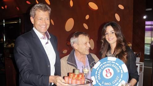 Casino-Chef Detlef Brose (l.) übergibt dem Stammgast die Geschenke.