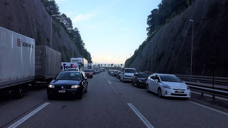 Blick auf die sich vor gesperrtem Tunneleingang stauenden Fahrzeuge und die vorbildliche Rettungsgasse.