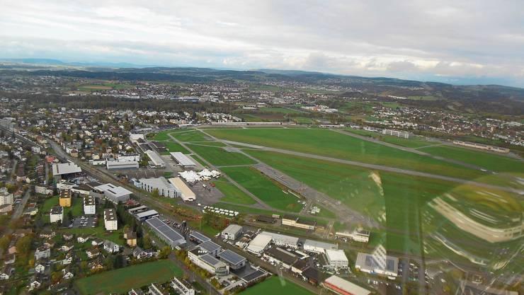 Flugplatz Dübendorf: Das weitläufige Areal mitten im Siedlungsgebiet weckt schwer vereinbare Begehrlichkeiten. Bild: Matthias Scharrer