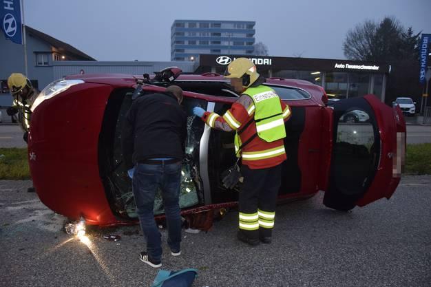 Weil das Unfallauto auf der Seite liegend zum Stillstand kam, musste die Verunfallte von der Feuerwehr befreit werden.
