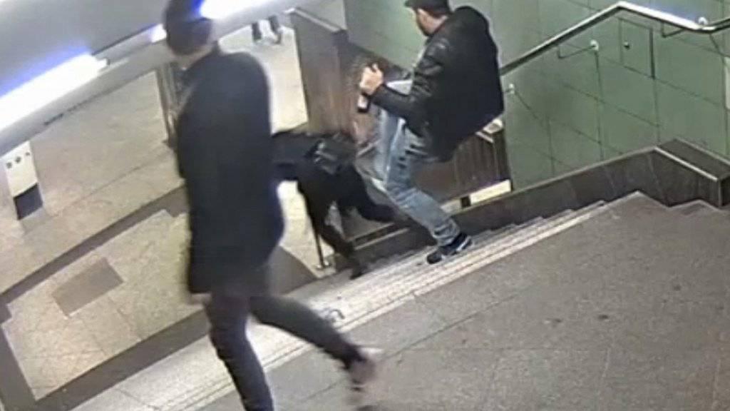Mit einem Bild aus der Überwachungskamera suchte die Polizei nach dem Täter.