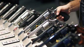 Waffenhersteller wie Smith & Wesson profitieren vom Run auf die Schiesseisen in den USA. (Archivbild)