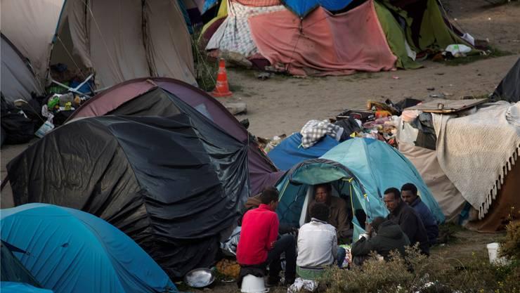In den Sanddünen bei Calais hausen rund 6000 Flüchtlinge.STEPHANIE LECOCQ /epa/keystone