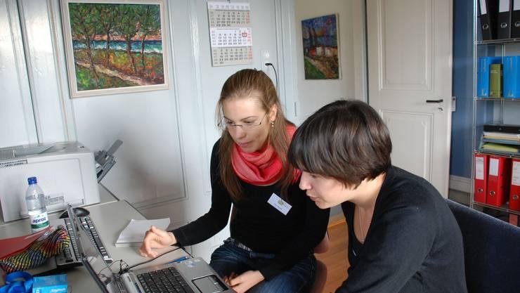 Zweisprachig: Die Tessinerin Zoe Albisetti und die Aargauerin Hanna Widmer schreiben ein Lied über ihre Begegnung in Lenzburg. (Bild: Irena Jurinak)