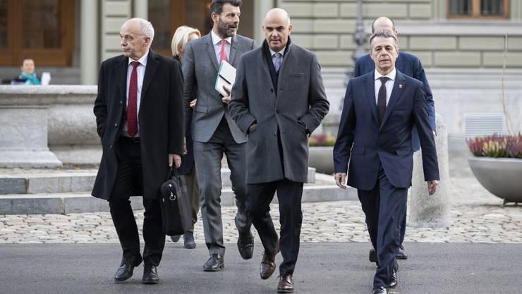 Staatssekretär Roberto Balzaretti (2. von links) und die Bundesräte Maurer, Berset und Cassis schreiten zur Medienkonferenz.