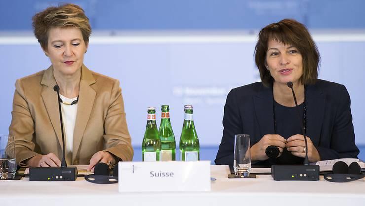 Die Bundesrätinnen Simonetta Sommaruga (links) und Doris Leuthard (rechts) sind derzeit die einzigen Frauen im Bundesrat. Zur Diskussion steht nun, ob es eine rechtliche Regelung zur angemessenen Vertretung beider Geschlechter braucht. (Archivbild)