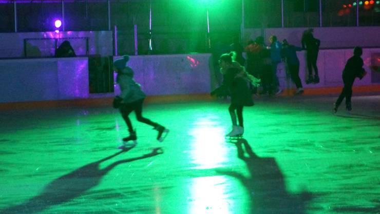 Beste Stimmung trotz Eiseskälte herrsche an der Ice-Disco am Samstag in Urdorf.