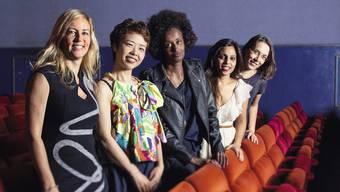 Regisseurin Barbara Miller mit den Protagonistinnen Rokudenashiko, Layla Hussein, Vithika Yadav und Doris Wagner.