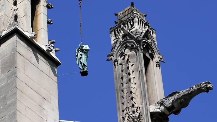 Die Paulus-Statue wird vom Turm der Kathedrale Notre-Dame auf den Boden geholt. Die Statuen der zwölf Apostel und der vier Evangelisten müssen restauriert werden und sind deshalb erstmals seit über hundert Jahren aus der Nähe zu betrachten.