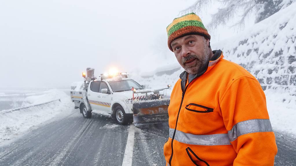 Kurzfristige Sperrung nach Lawinenniedergang: Ein Strassenarbeiter schliesst am Donnerstag die Strasse ins Saastal bei Eisten VS.