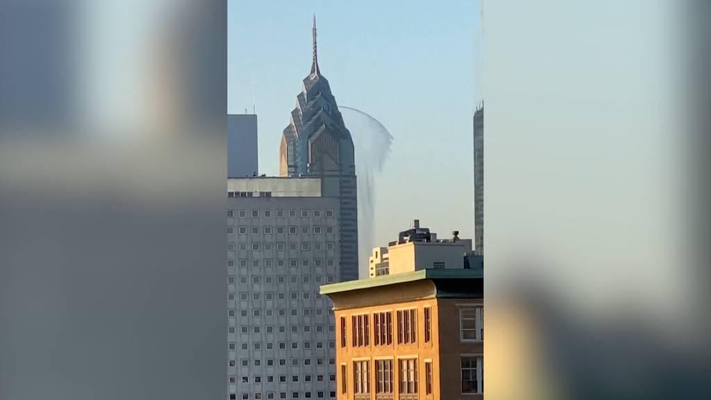 Wasser-Fontäne schiesst aus Wolkenkratzer