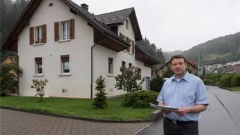 Christoph Meier steht auf der Grenze zwischen Gefahrengebiet und eigener Liegenschaft.