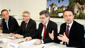 Die Gegenvorschlags-Komitee-Mitglieder Urs Leugger (Grüne), Hans Furer (GLP), Felix Keller (CVP) und Michael Herrmann (FDP, von links).