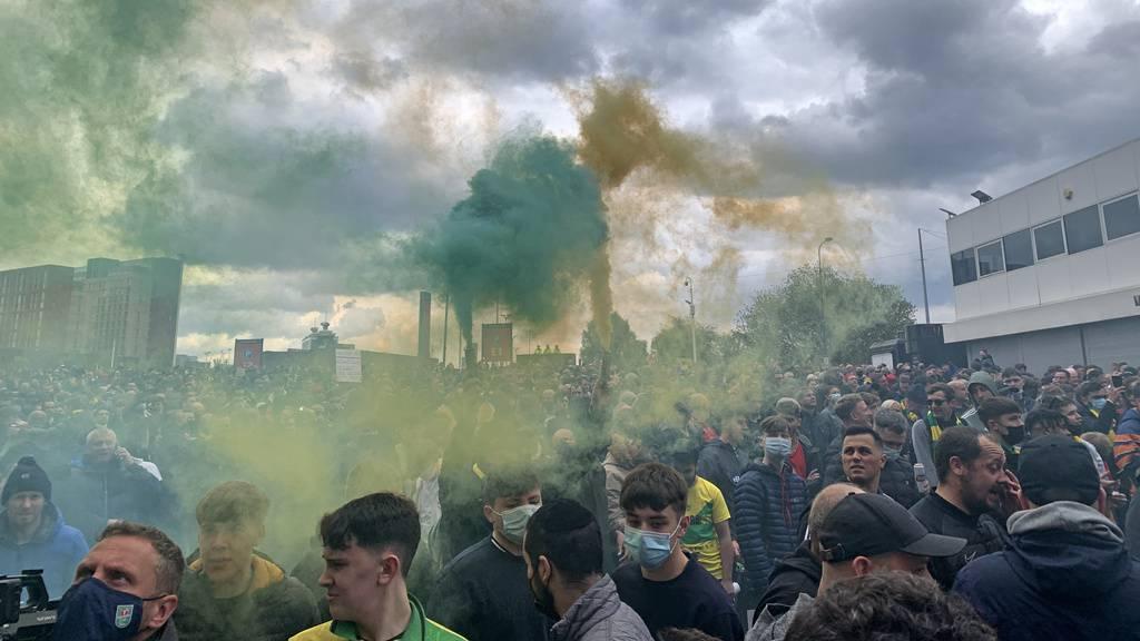Fans stürmen Old Trafford Stadion +++ Liverpool-Partie abgesagt