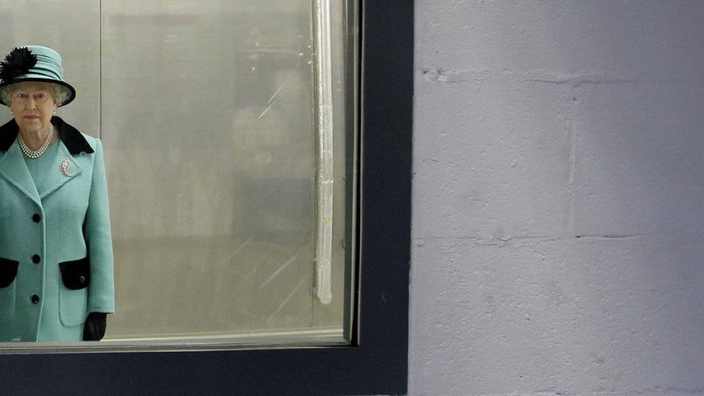 Auf diesem Spiegel ist ein Fleck: Gerade sucht die britische Queen via Anzeige jemanden, der ihn wegputzen und auch gleich noch ihre Gäste bewirten möchte - für einen Hungerlohn. (Archivbild)
