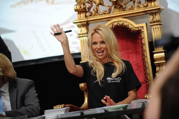 Sie freute sich über die zahlreich erschienen Fans: Pamela Anderson.
