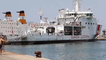 """Auf dem Schiff """"Diciotti"""" müssen 177 Flüchtlinge auf eine Lösung für ihre Situation warten. (Archivbild)"""