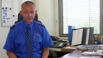 Roland Jenni im provisorischen Büro im Rathaus, gegen Ende Jahr werden er und das Korps zügeln.DM