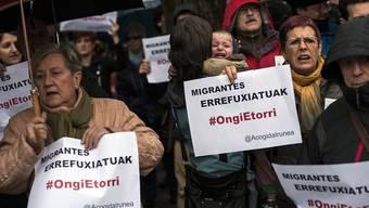 """Demonstrierende am Mittwoch in Pamplona. Auf den Plakaten steht in baskischer Sprache: """"Willkommen Flüchtlinge""""."""
