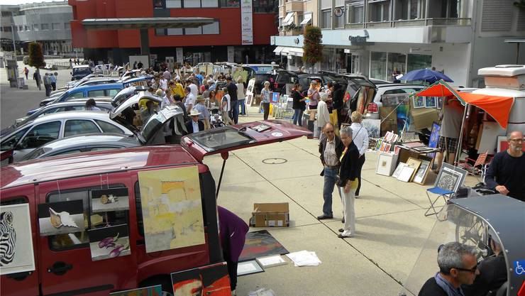 Kofferraum auf und fertig ist die Freiluft-Galerie auf dem Marktplatz.