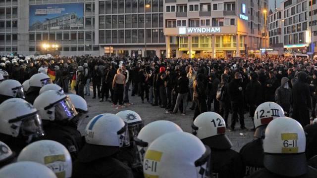 Die Polizei umzingelt die protestierenden Hooligans