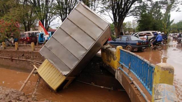 Umgestürzter Lastwagen durch die Unwetter in Manado