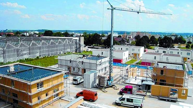 Grossbaustelle: Hier, wo die Doppel- und Reiheneinfamilienhäuser am enstehen sind, befand sich vorher eine Produktionshalle der von Roll. (Bild: Armand Rindlisbacher)