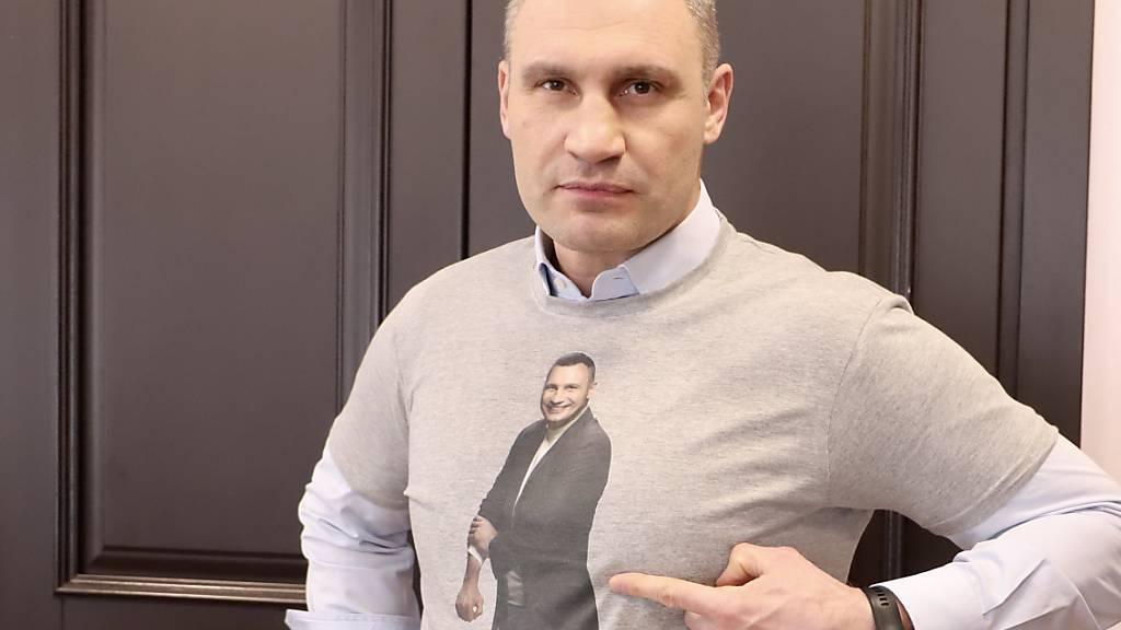 ARCHIV - Vitali Klitschko (48), Ex-Boxweltmeister und Bürgermeister der ukrainischen Hauptstadt, warnt Sportfans eindrücklich vor der Nutzung von Freiluftsportgeräten trotz Coronavirus-Verbot und trägt ein T-Shirt mit der Warnung: «#Es reicht mit dem Herumlaufen». Foto: SAMSONOV/Pressedienst Vitali Klitschko/dpa - ACHTUNG: Nur zur redaktionellen Verwendung im Zusammenhang mit der aktuellen Berichterstattung und nur mit vollständiger Nennung des vorstehenden Credits