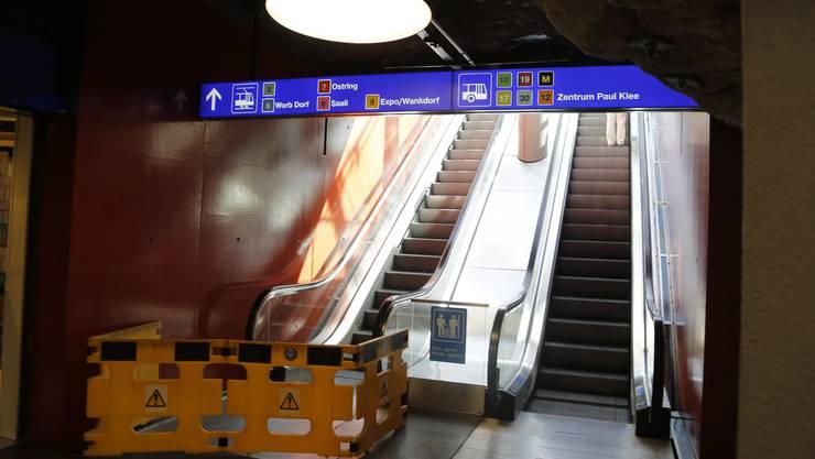 Rolltreppe beim Loeb-Egge in Bern. Seit Montagmittag ist sie abgesperrt, es nahen Ersatzteile aus Hamburg DE. Zuvor stand sie dreieinhalb Wochen still, ohne dass etwas signalisiert worden wäre.