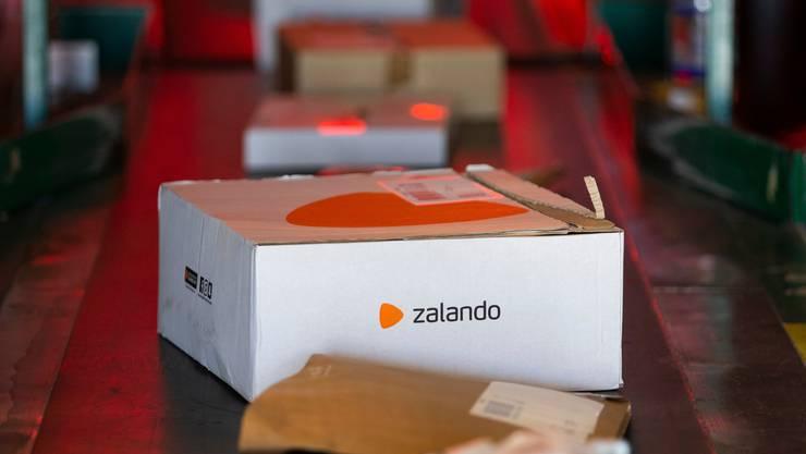 Ein Paket von Zalando. (Symbolbild: KEYSTONE/Peter Klaunzer)