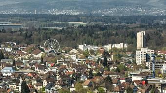 Blick vom Schloss auf Lenzburg: Die Stadt feiert, dass sie die 10'000er-Marke geknackt hat. (Archiv)