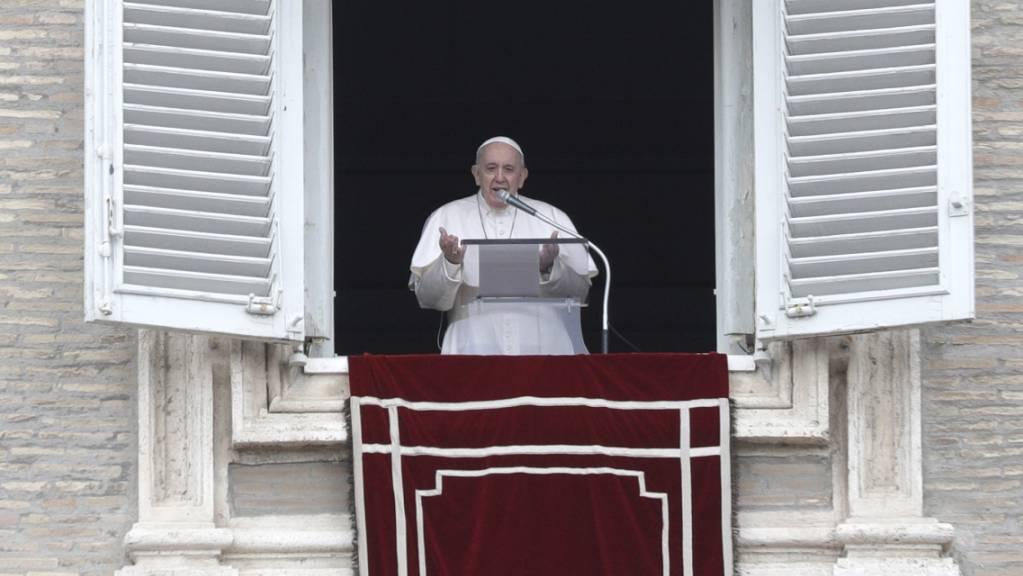 Papst Franziskus spricht das Angelus-Mittagsgebet auf dem Petersplatz. Papst Franziskus prangerte die «inakzeptable» Spirale der Gewalt zwischen Israel und den Palästinensern an.