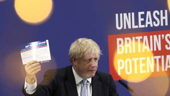 Der britische Premierminister  Boris Johnson kann einer Umfrage zufolge bei der Wahl im Dezember mit einer deutlichen Mehrheit rechnen.  (Foto: Dan Kitwood/Pool Photo via AP Keystone)