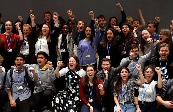 50 Klimastreiker aus der ganzen Welt treffen sich in Madrid erstmals. Mittendrin ist Lena Bühler (schwarzer Pulli, Mitte).