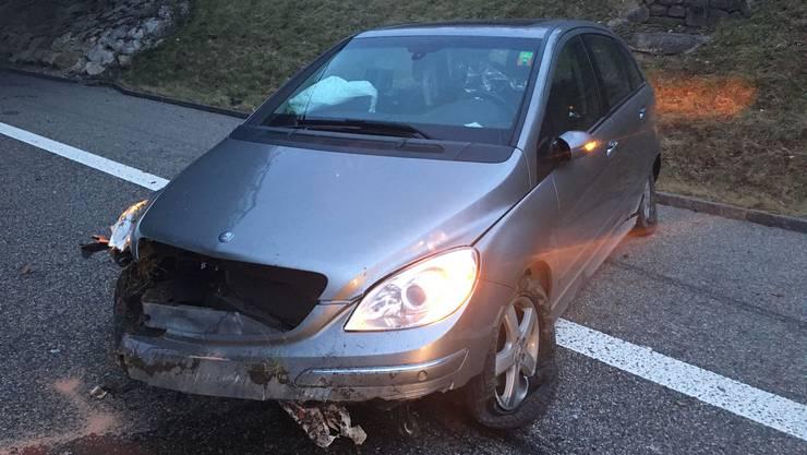 Der Mercedes-Benz der Fahrerin geriet an eine Böschung und überschlug sich.