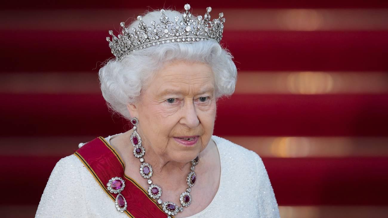 Und natürlich ganz königlich in weiss - mit Funkelkrone. (© Keystone)