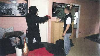 Tatrekonstruktion im Fall Wohlen durch die Polizei mit einem Figuranten.