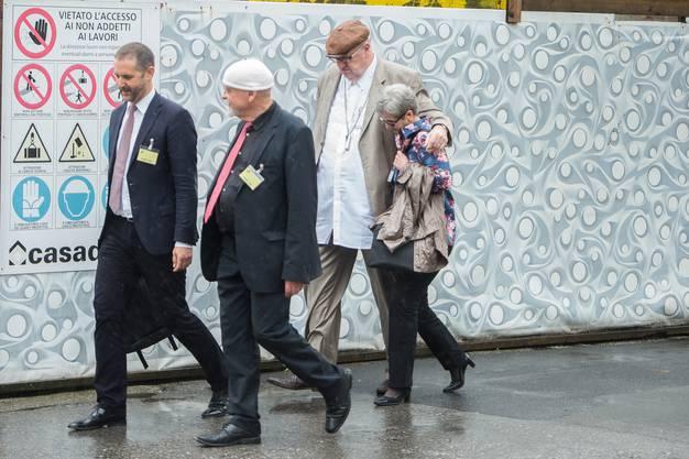 Es war ein spektakulärer Fall: Dieter Behring verlässt mit seiner Ehefrau Ruth das Bundesstrafgericht in Bellinzona.