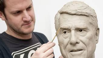Ein Künstler arbeitet an Udo Jürgens Kopf (Bild Madame Tussauds)